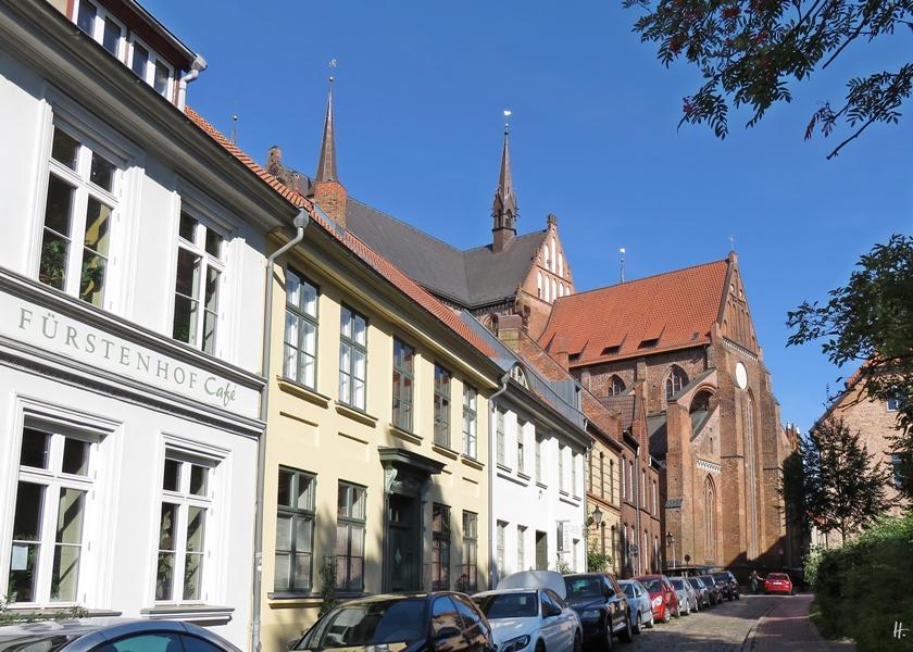 2018-08-18 morgens in WISMAR, Bliedenstrasse, Fürstenhof-Café + St. Georgen-Kirche